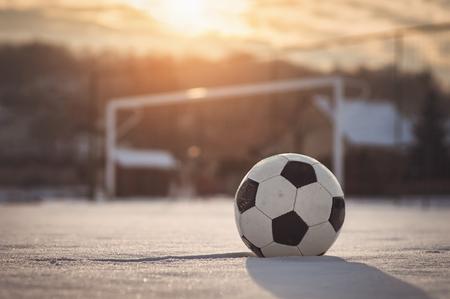 Fußball bei Sonnenuntergang Winter Standard-Bild - 70531929