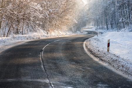 겨울의 깊은 숲에서 서리가 내린, 미끄러운 도로