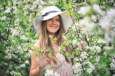 꽃 봄에 과일 정원에서 아름다운 어린 소녀