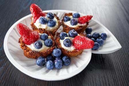 접시에 딸기와 마스카 포니와 블루 베리 쿠키 스톡 콘텐츠