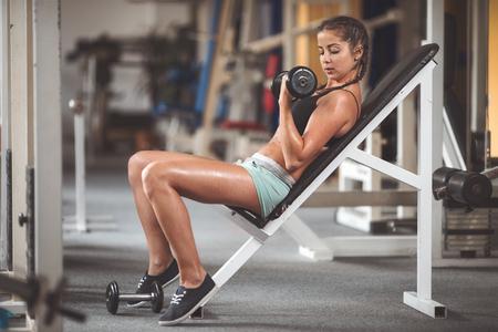 젊은 여자 무게와 훈련. 빈티지 스타일의 필름이 필터와 미세 입자 필름으로 톤 사진