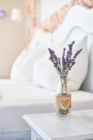 밝은 침실에 빈티지 장식 꽃병