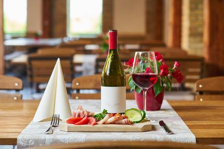 Ontbijt met rode wijn op de achtergrond Stockfoto