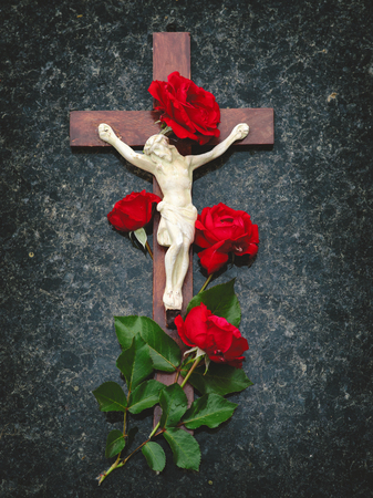 Cross with Red Roses Archivio Fotografico - 118229207