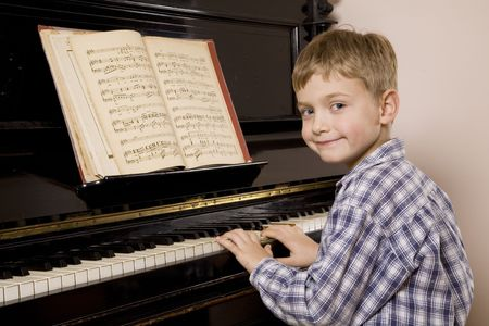Little boy playing the piano Standard-Bild