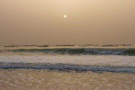 Vissers boten in de Atlantische Oceaan, in Nouakchott, Mauritanië bij zonsondergang Stockfoto