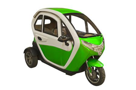 Kleines Elektroauto isoliert auf weißem Hintergrund