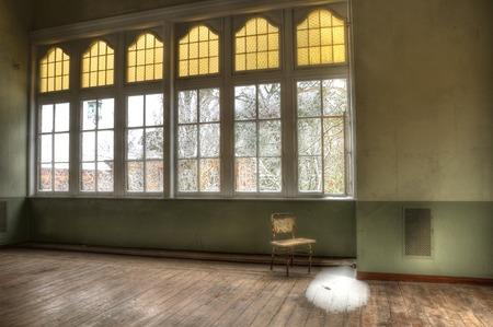 冬の古い椅子とウィンドウの外観