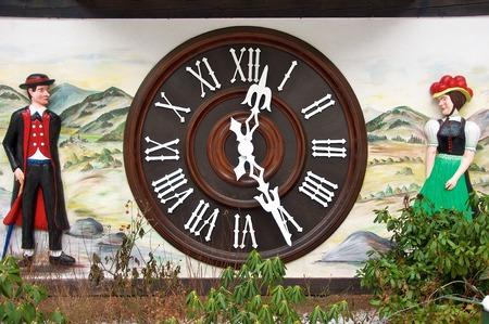 reloj cucu: El reloj de cuco m�s grande del mundo en Triberg Foto de archivo