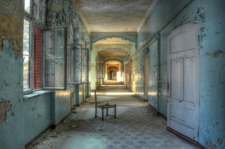古い廊下に放棄された椅子