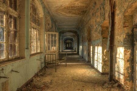 無人地帯の古い病院のベッド