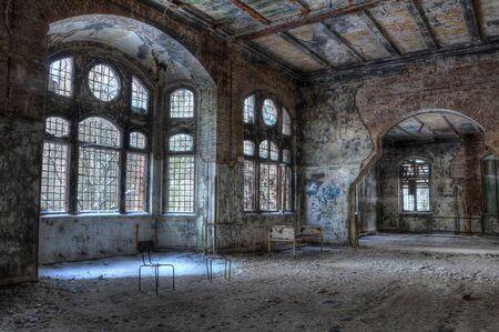 ベッドと椅子のある放棄された部屋