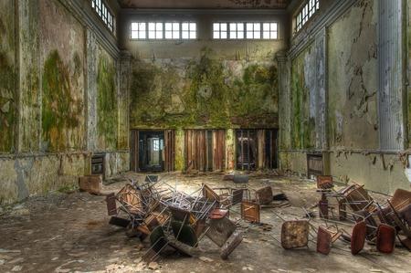 ドアと床の椅子のある大きなホール 写真素材