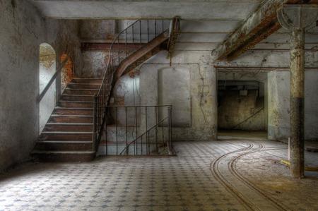 Ancien escalier dans une usine abandonnée et pistes