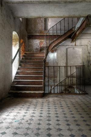 廃工場の古い階段の HDR