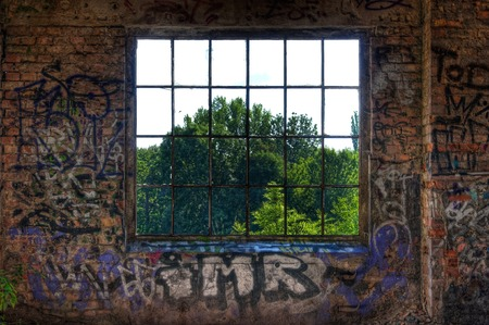 放棄されたホールで金属の窓 報道画像