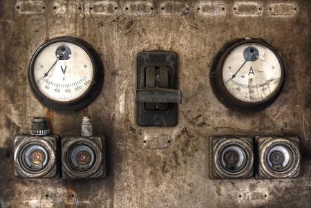 大きなスイッチとヒューズ電気の古い広告