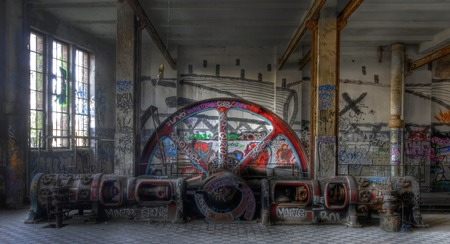 Máquina de vapor en una antigua fábrica abandonada