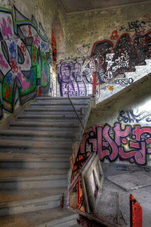 ende: Treppenhaus mit Graffiti an der Wand Editorial