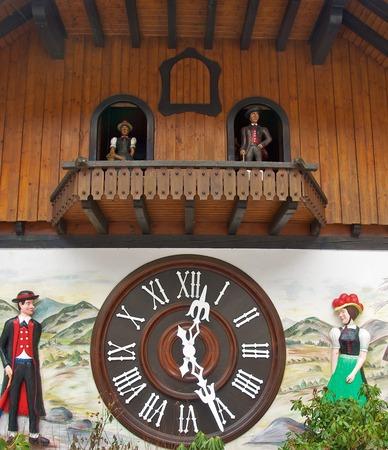 cuckoo clock: El reloj de cuco m�s grande del mundo en Triberg Editorial