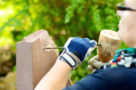 砂岩は石工によって処理されます。
