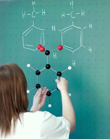 学生は化学のクラスの分子モデルを比較します。