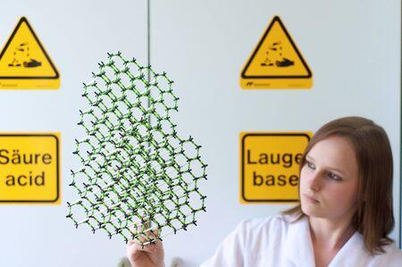 女性研究室で分子モデルに見える 写真素材