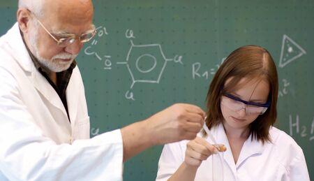 生徒と教師、研究室での実験