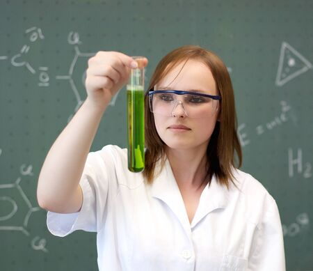 試験管で化学物質を探している女性