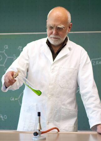 教師は、試験管で化学物質を加熱 写真素材