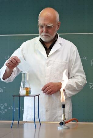 フラスコ内の化学物質を混合男 写真素材