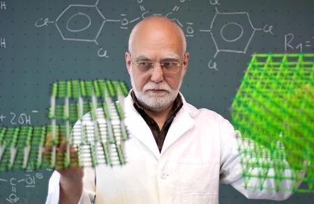 男は、2 つの分子モデルを比較します。 写真素材