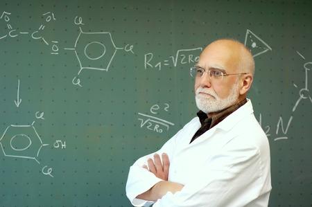 教授が黒板の前に立つし、する学生を聞く