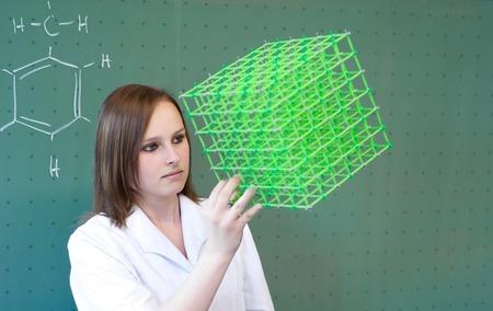 女性モデルの化学の授業でチェック