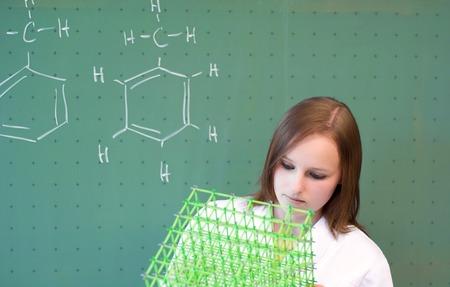 女性分子モデルに見える