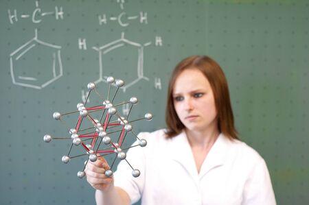 分子モデルを持つ女性 写真素材