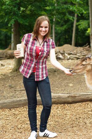 鹿は女性によって与えられる 写真素材