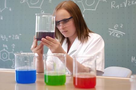 女性の研究室で実験を調べる