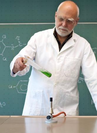 人間が化学物質を試験管内加熱