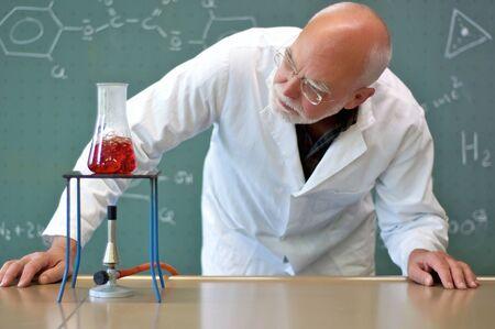教師加熱ガラス フラスコ中の化学物質