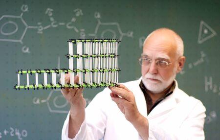 教授が教室でモデル分子を調べます 写真素材