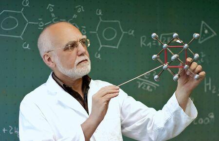 先生は分子モデルで少しクラスを示しています