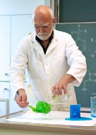先生は彼の学生実験を示しています 写真素材