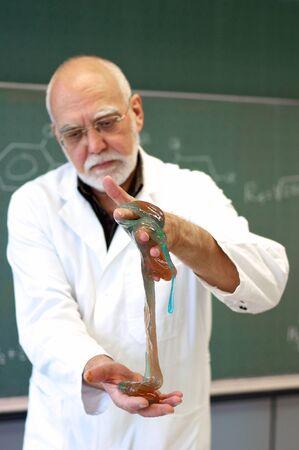 先生は学生の彼の実験を示しています 写真素材