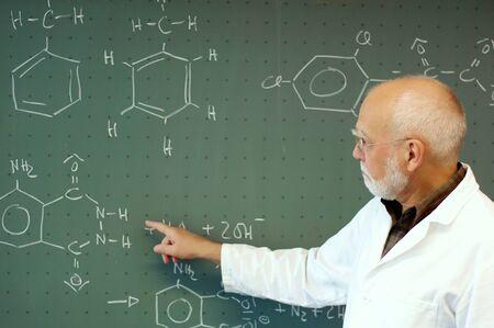 先生は化学のクラスで何かを説明します。