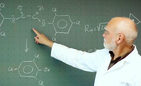 教授の講義で黒板に何かを示す 写真素材