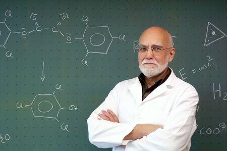 黒板の前に立って、カメラに笑い男します。