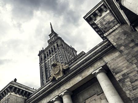 바르샤바에서 궁전 문화와 과학의 낮은 각도 샷