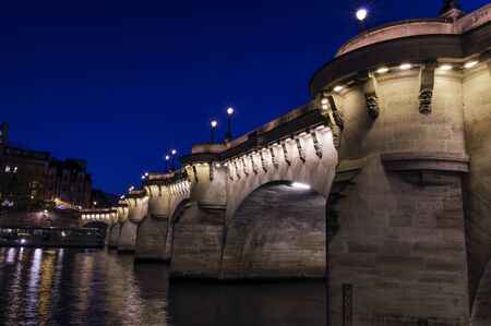 Famous Pont Neuf bridge in Paris at dusk 版權商用圖片 - 134334943