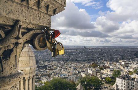 "Few padlocks, one heart shaped, attached to Sacré-CÅ""ur Basilica. In background view of Paris 版權商用圖片 - 135055871"